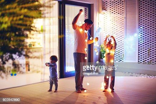 幸せな家族の息子を持つ父を飾るクリスマスの花輪とオープン スペースのパティオ エリア : ストックフォト