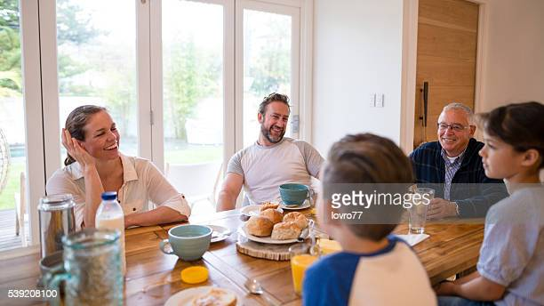 Famille heureuse petit déjeuner