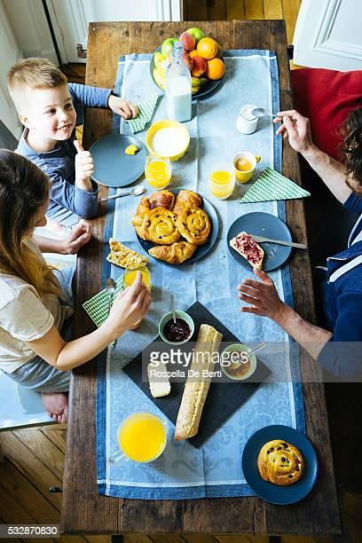 Heureuse famille petit déjeuner ensemble au-dessus de votre tête avec vue