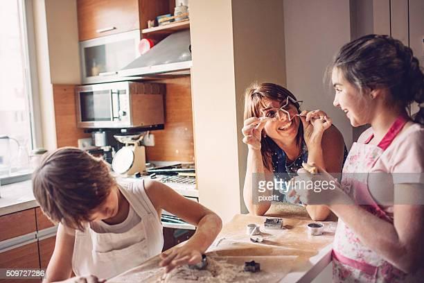 Famille heureuse s'amuser et faire des Cookies