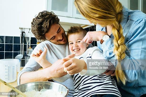 Glückliche Familie Spaß haben, während die Zubereitung von Speisen zusammen