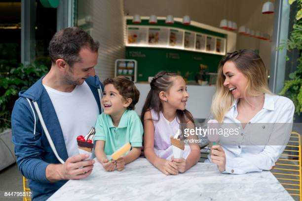 Glückliche Familie mit Eis in einem shop