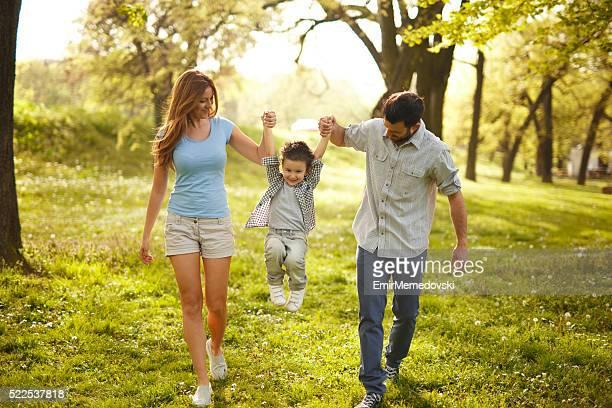 Glückliche Familie Spaß im Park wahre