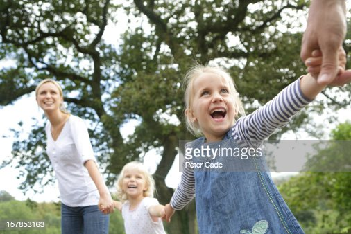Happy family holding hands : Stockfoto