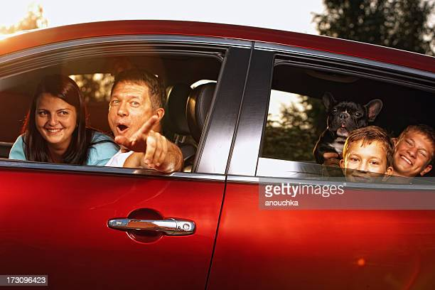 Famille heureuse en voiture prêt pour le voyage