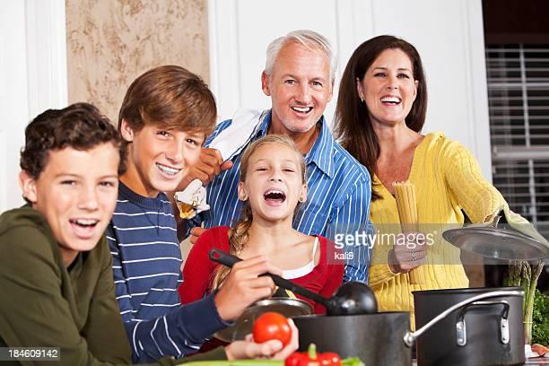 Heureuse famille de cuisson dans la cuisine
