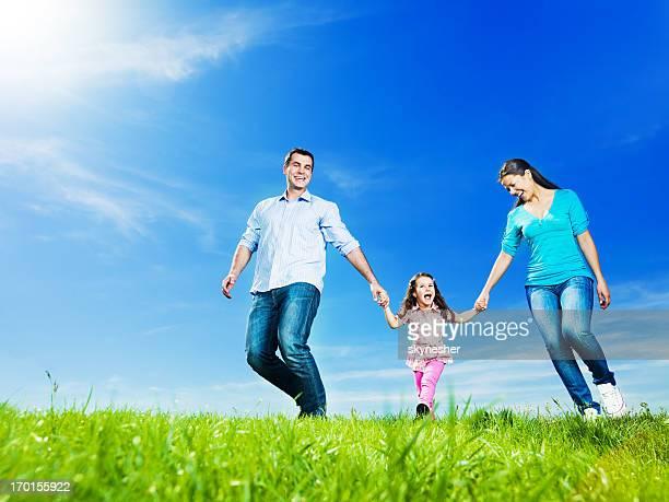 Famille heureuse, dans le parc en prenant une