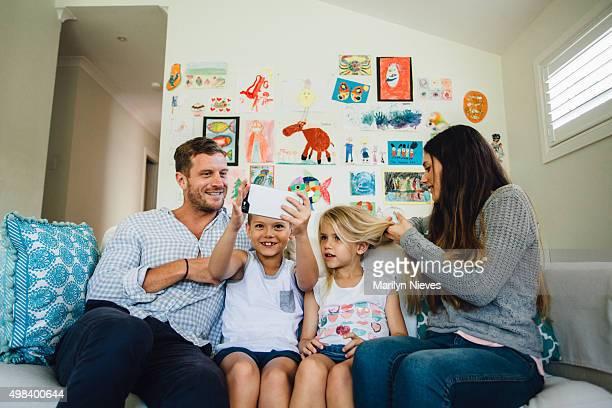Glückliche Familie auf der couch Interaktion