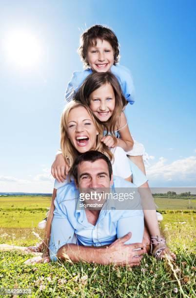 Heureuse famille fixant l'un de l'autre.