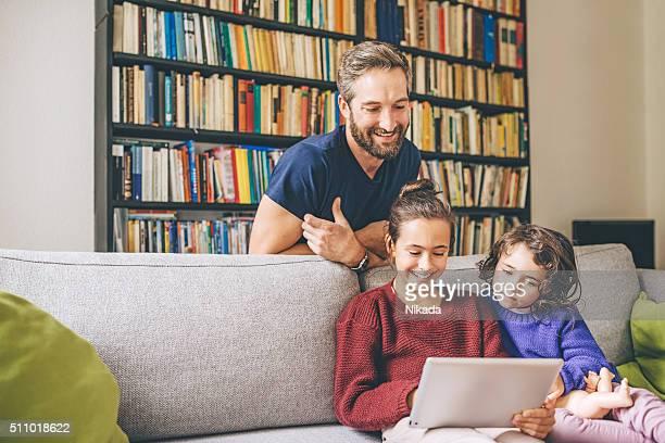 Famille heureuse regardant une tablette
