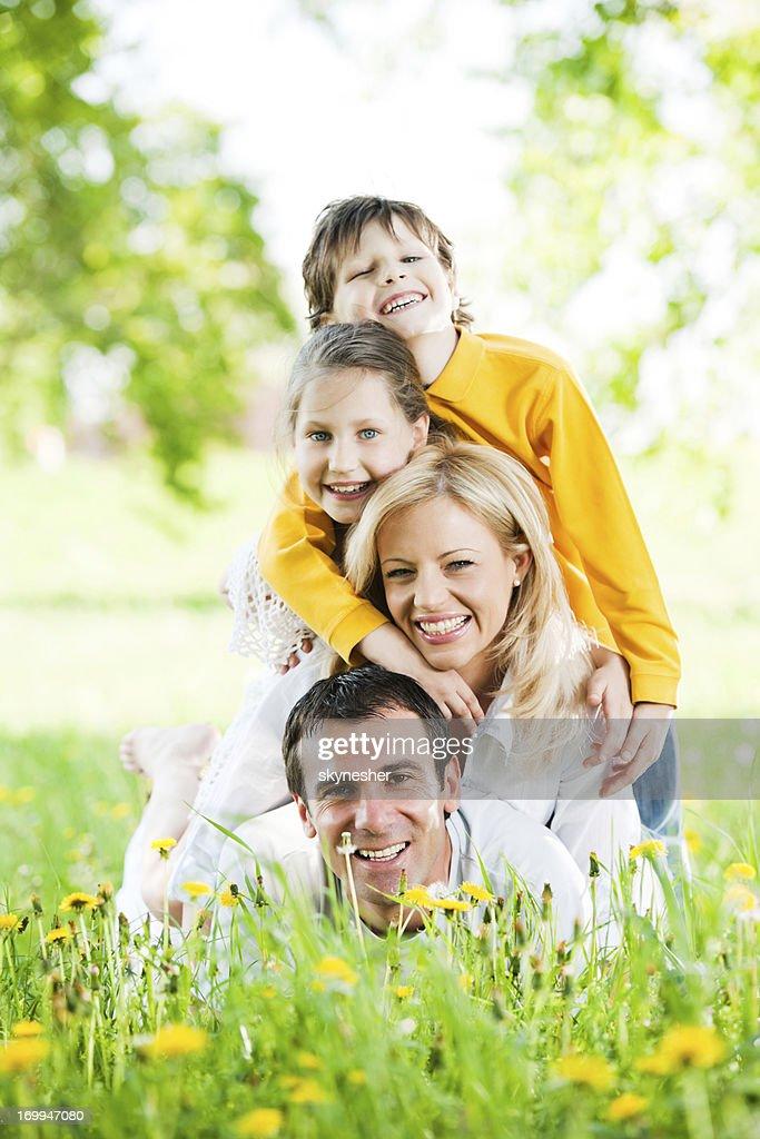 Glückliche Familie liegen auf einem Haufen im park. : Stock-Foto