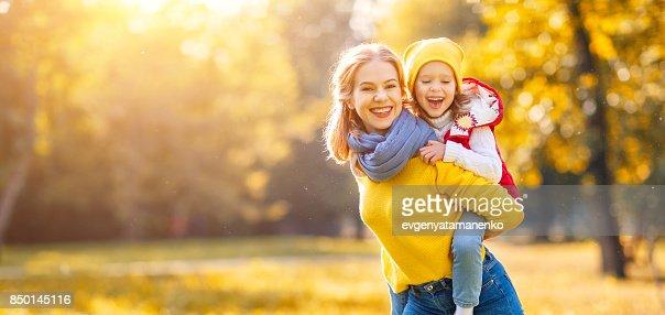 Feliz familia hija madre e hijo en otoño a pie : Foto de stock