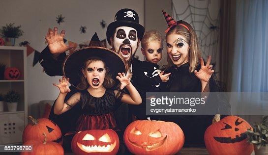 padre de la feliz madre de familia y niños en disfraces y maquillaje de Halloween : Foto de stock