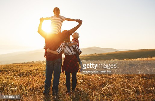 Happy family: mother, father, children son and daughter on sunset : Foto de stock
