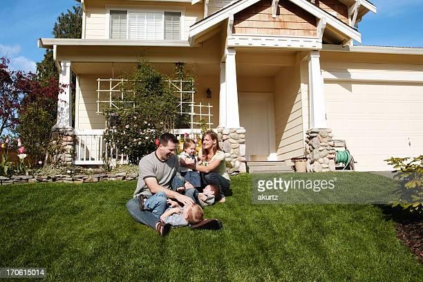 Heureuse famille de cinq personnes jouant à la maison