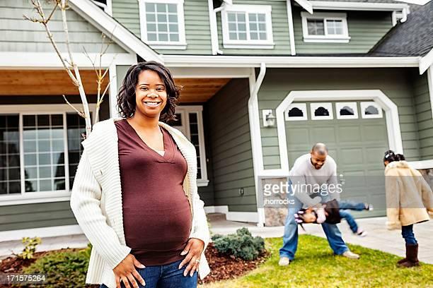 Glückliche Familie von vier wie zu Hause fühlen