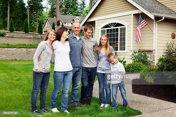 Heureuse famille de Six personnes à la maison