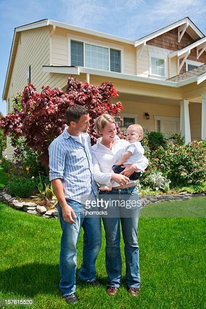Família feliz de três em Casa