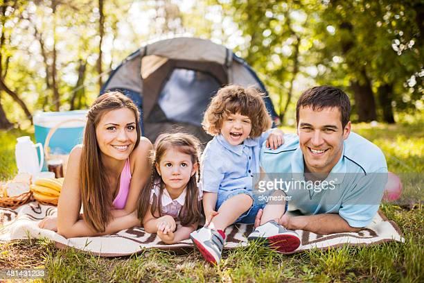 Famille heureuse sur pique-nique.
