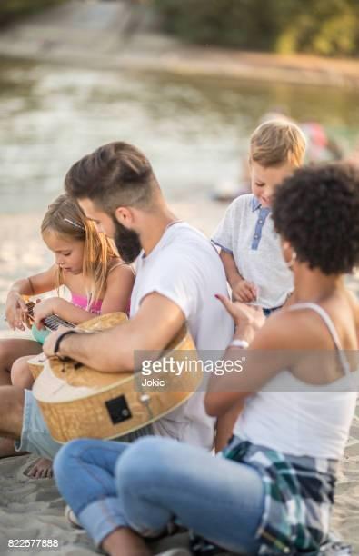 Famille heureuse à la plage.