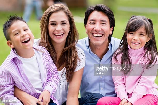 Famille heureus'à l'extérieur
