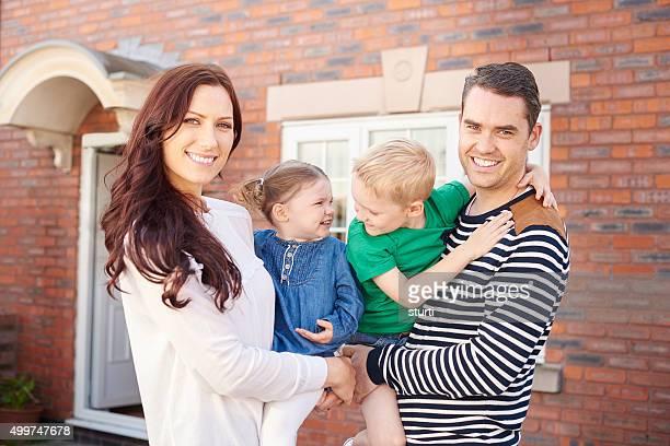 Feliz família fora de casa