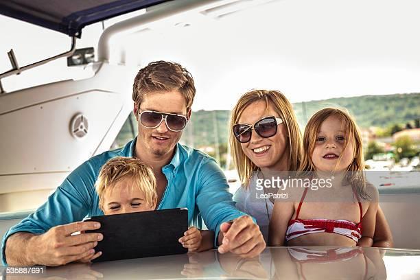 Família feliz de jogar no tablet com sons