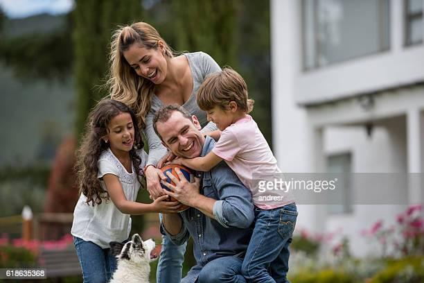 Famille heureuse jouant dans le parc