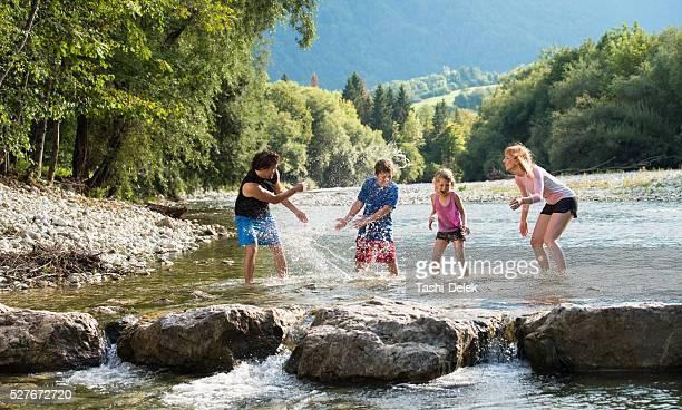 Glückliche Familie Spielen im Wasser