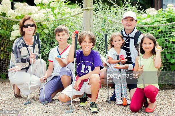 Glückliche Familie spielen Sie mini-golf
