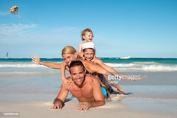 なビーチで遊ぶ家族