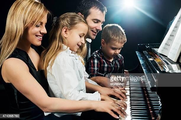 幸せな家族のピアノ演奏をお届けします。