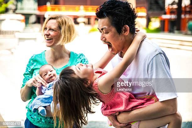 Heureuse famille jouant ensemble de Kyoto