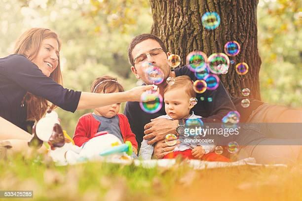 Famille heureuse de jouer avec du savon décorations