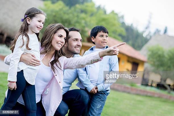 Glückliche Familie zeigt entfernt