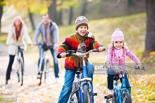 Glückliche Familie Reiten Fahrräder in der Natur.