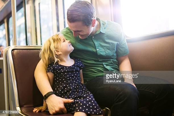 Glückliche Familie Reiten Metro