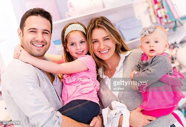 Glückliche Familie einkaufen