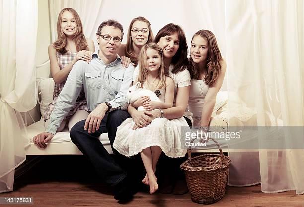 Famille heureuse, assis sur le lit