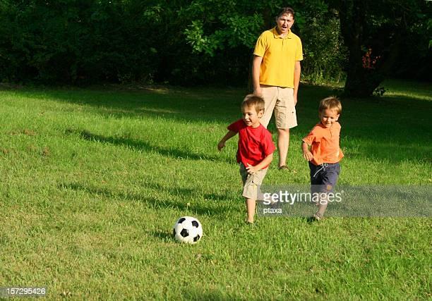 Famille heureuse de football