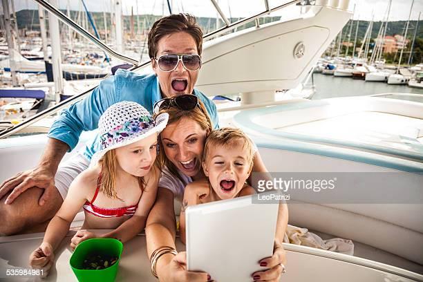 Glückliche Familie machen Sie ein selfie auf tablet-PC mit Söhne