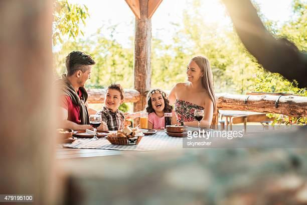 Heureuse famille de parler et rire dans un restaurant.