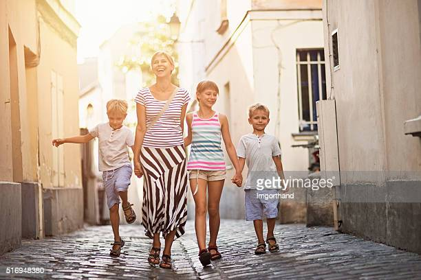 Heureuse famille visiter Paris de Montmartre