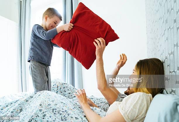 Glückliche Familie Aufwachen am Morgen, spielen im Bett