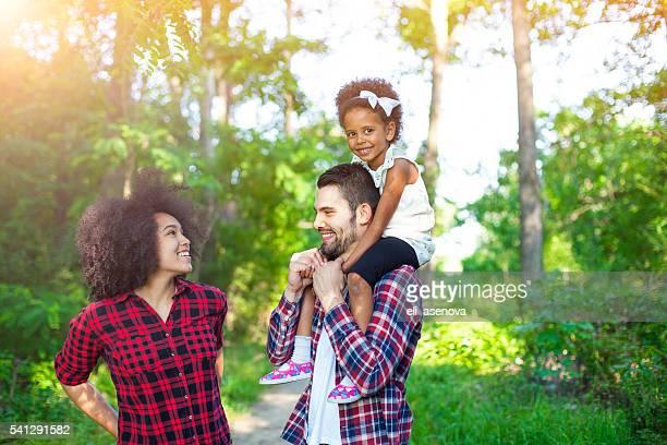 Glückliche Familie zu Fuß entlang der Pfad im Wald
