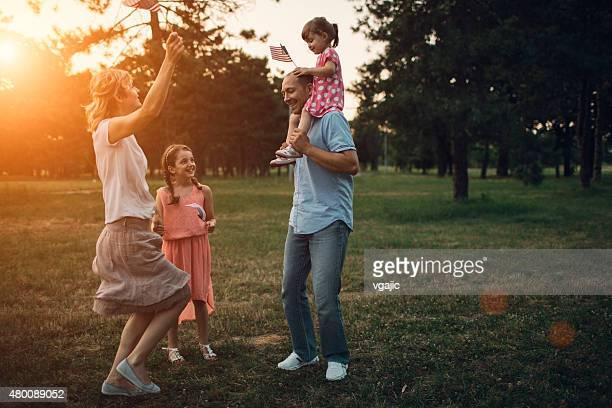 Feliz familia caminando en un parque.