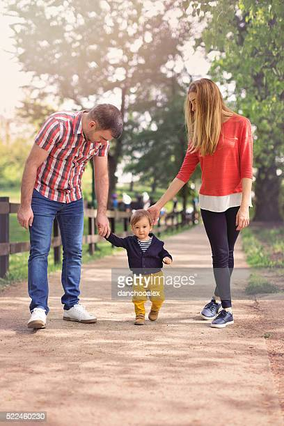 Famille heureuse marchant dans le parc