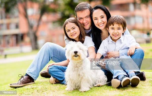 Família feliz com um cão