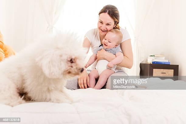 Glückliche Familie mit einem Hund