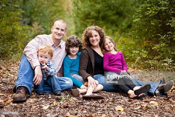 Famille heureuse avec le Père, mère, fille et fils en bois